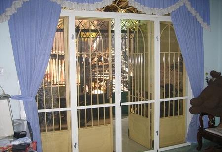 Một bộ cửa lưới đóng mở chống muỗi sau khi được hoàn thành