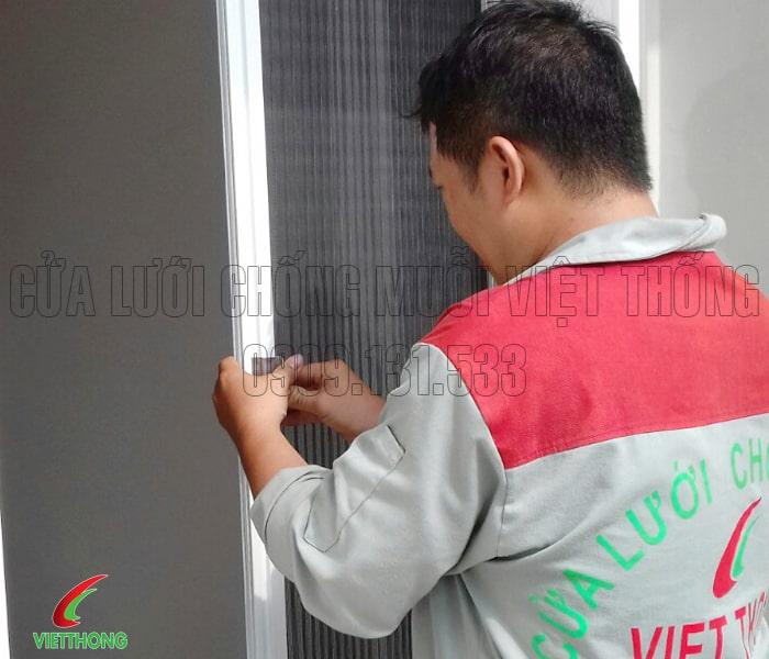Lắp đặt hệ thống cửa lưới chống muỗi không ray dạng xếp