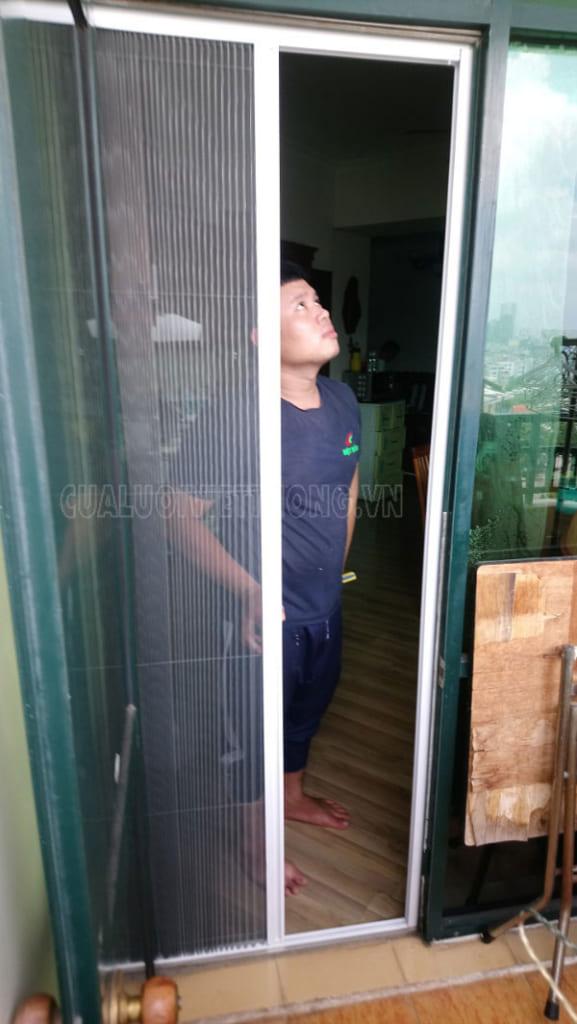 Nhân viên kiểm tra cửa trước khi bàn giao cho khách