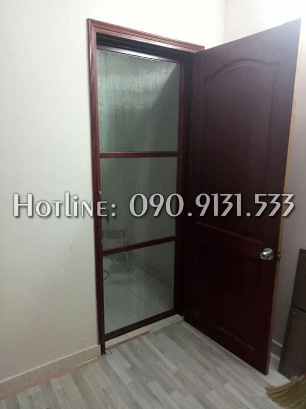 Mẫu cửa chống muỗi dạng mở 1 cánh khung gỗ đặt tại phòng ngủ
