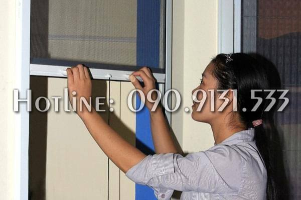 Mẫu cửa lưới chống muỗi tự cuốn dọc dành cho cửa sổ
